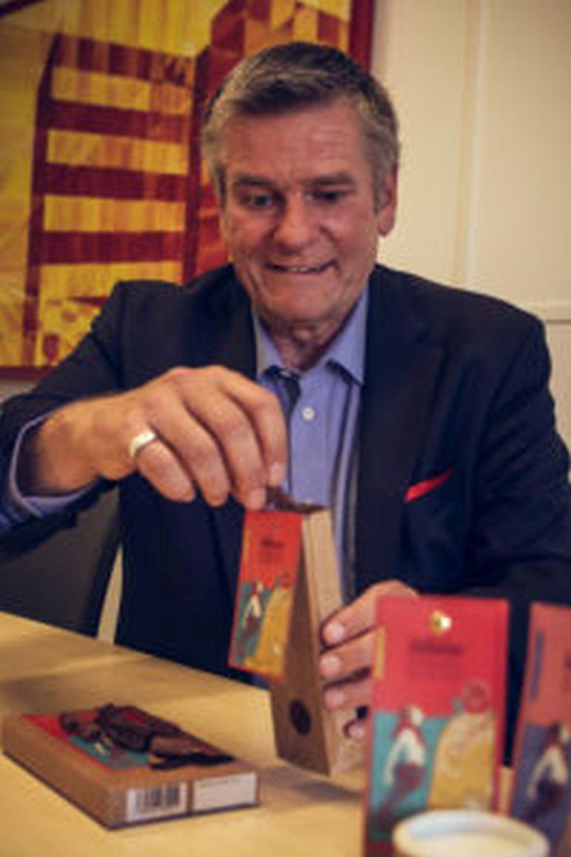 Verpackt die Seefinchen-Schokolade höchstpersönlich: Dr. Jürgen Petzold.
